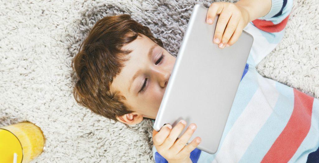 copil pe tableta joaca