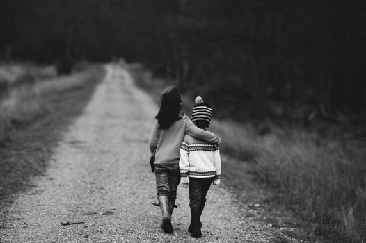 copii la plimbare la tara