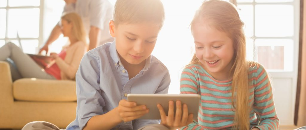 copii se joaca pe tableta