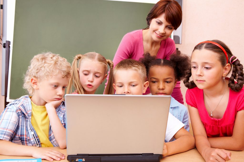 invatatoare preda de pe laptop elevilor