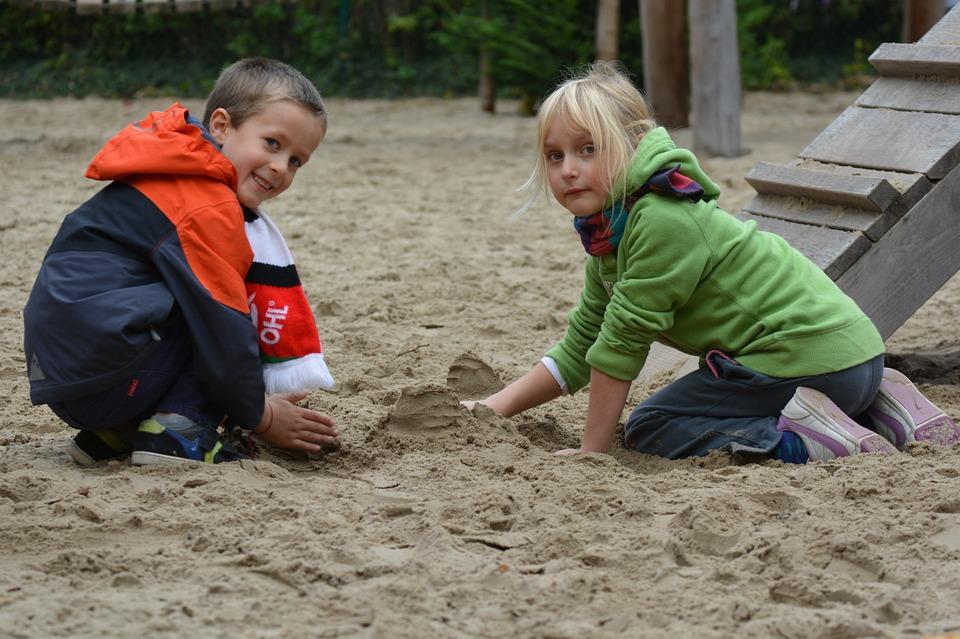 copii care se joaca in nisip