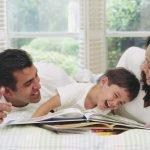 parinti fericiti impreuna cu copil
