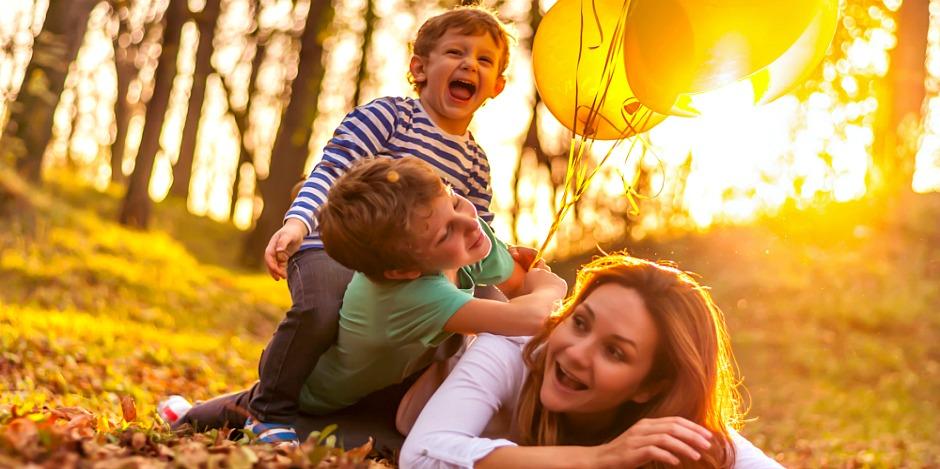 mama-se-joaca-cu-copiii