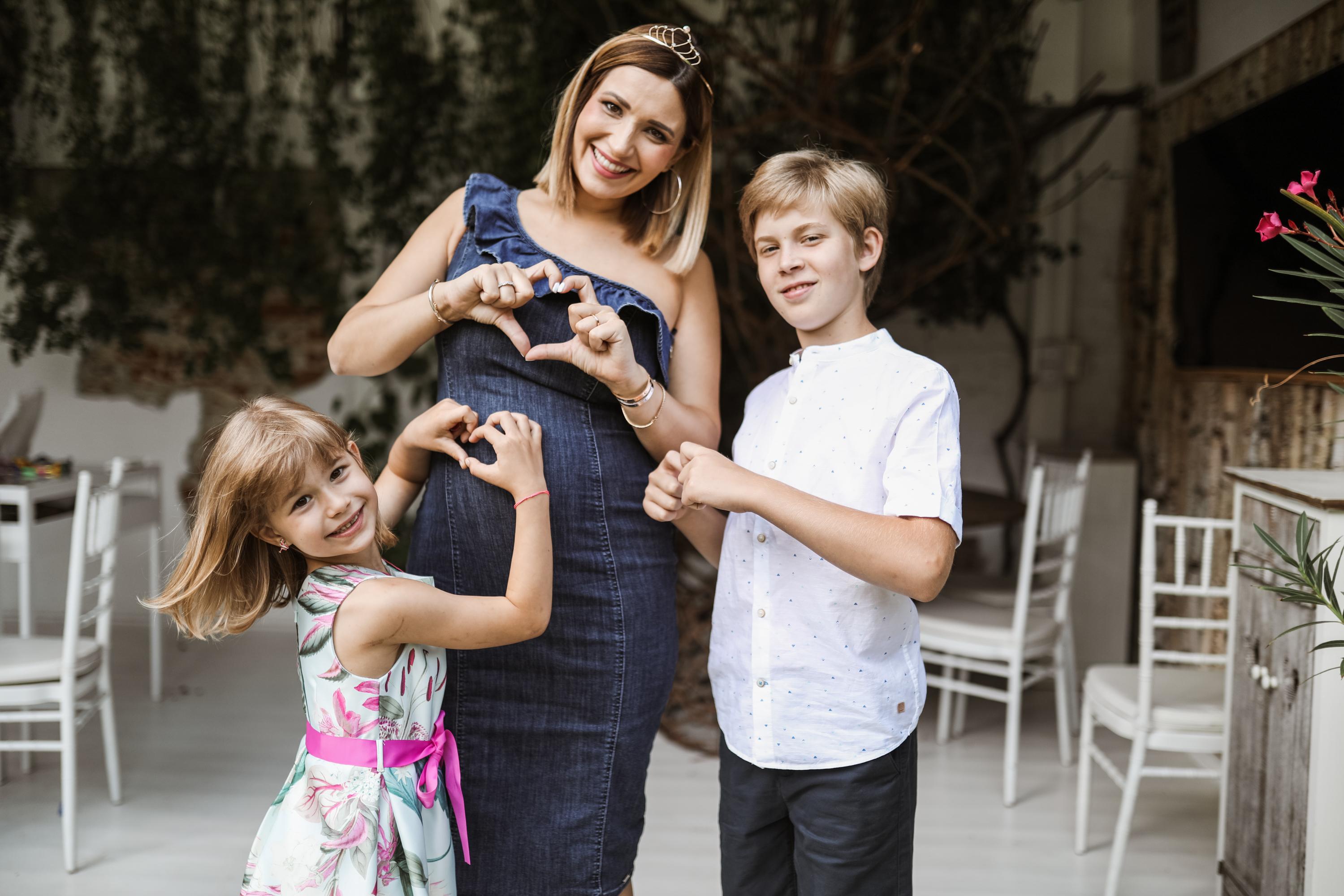 Ela Crăciun, însărcinată cu cel de-al treilea copil, alături de fiul ei, Alex, și fiica ei, Alesia